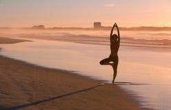 йога женщины пляжа практикуя Стоковое фото RF