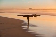 йога женщины пляжа практикуя Стоковые Фотографии RF