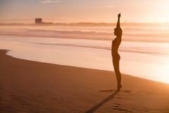 йога женщины пляжа практикуя Стоковое Изображение RF