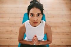 Йога женщины фитнеса практикуя дома Стоковое Фото