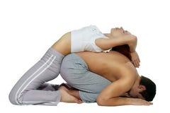 йога женщины человека пар Стоковая Фотография