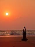 йога захода солнца силуэта человека s тренировок Стоковые Изображения RF