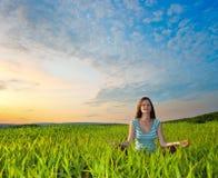 йога захода солнца Стоковые Фото