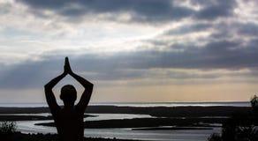 Йога захода солнца Стоковые Изображения RF