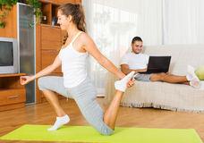 Йога и парень девушки практикуя отдыхая на кресле Стоковые Изображения