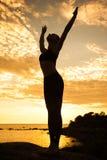 Йога кавказской женщины фитнеса практикуя Стоковое фото RF