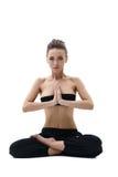 йога Красивая девушка сидя в положении лотоса Стоковые Фото