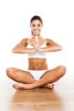 йога красивейшей повелительницы практикуя Стоковое Изображение