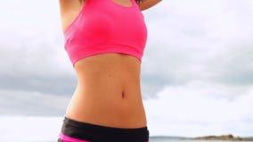 Йога красивого брюнет практикуя на пляже сток-видео