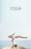 Йога красивой белокурой женщины практикуя на seashore Стоковые Изображения RF