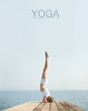 Йога красивой белокурой женщины практикуя на seashore стоковое изображение