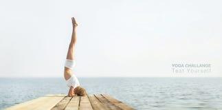 Йога красивой девушки positiveblond практикуя на стоковые фото