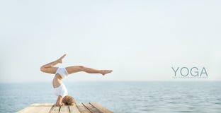 Йога красивой девушки positiveblond практикуя на Стоковое Фото