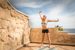 Йога красивой женщины практикуя стоковая фотография
