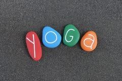 Йога, красочная концепция фитнеса с камнями моря над черным вулканическим песком стоковые изображения