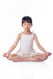 Йога маленькой девочки практикуя Стоковые Изображения