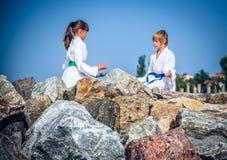 Йога мальчика и девушки практикуя на пляже Стоковое Изображение RF