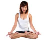 Йога молодой азиатской женщины практикуя Стоковое фото RF