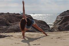 Йога молодой женщины практикуя на пляже Стоковые Фотографии RF