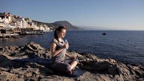 Йога молодой женщины практикуя outdoors Концепция сработанности и раздумья Здоровый уклад жизни видеоматериал