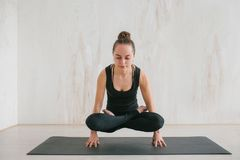Йога молодой красивой женщины практикуя и гимнастический Концепция здоровья Делает тренировку силы стоя на его пальцах Стоковые Изображения RF