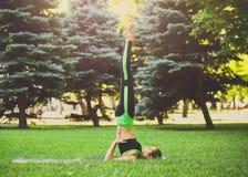Йога молодой привлекательной женщины практикуя outdoors Стоковые Изображения RF