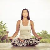 йога Молодая женщина делая тренировку йоги напольную Стоковое фото RF