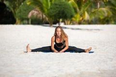 Йога молодой женщины практикуя на пляже Стоковое Фото