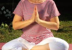 Йога молодой женщины практикуя outdoors Стоковое фото RF