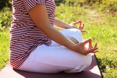 Йога молодой женщины практикуя outdoors Стоковое Изображение RF