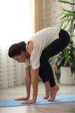 Йога молодой привлекательной женщины yogi практикуя, пробуя сделать кран представить Стоковые Изображения RF