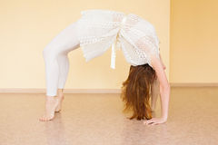 Йога молодой рыжеволосой женщины практикуя стоковые изображения rf