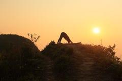 Йога на верхней горе Стоковые Изображения RF