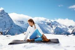 Йога на горе в зиме Стоковые Изображения