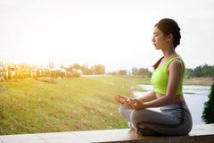 Йога на поле, здоровое lifest молодой женщины фитнеса практикуя стоковое фото rf