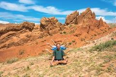 Йога на предпосылке оранжевой сказки каньона горы, Kyrgy стоковое изображение