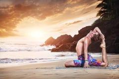 Йога на пляже Стоковая Фотография