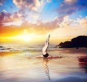 Йога на пляже стоковая фотография rf
