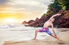 Йога на пляже стоковые изображения