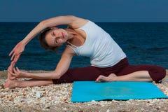 Йога на пляже Стоковое Изображение RF