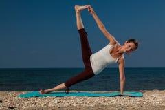 Йога на пляже Стоковые Изображения RF