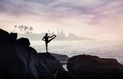 Йога на утесе Стоковое фото RF