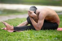 Йога на циновке на речном береге Стоковые Изображения RF
