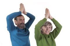 йога пар пожилая практикуя Стоковое фото RF