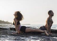 йога пар практикуя Стоковые Изображения