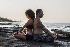 йога пар практикуя Стоковое фото RF