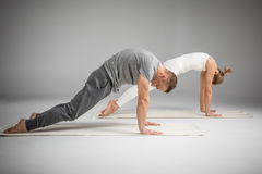 йога пар практикуя стоковое фото