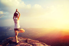 Йога практики женщины на взморье восхода солнца Стоковые Изображения