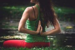 Йога практики молодой женщины внешняя Стоковая Фотография