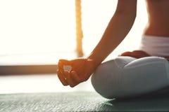Йога практик молодой женщины на спортзале окном стоковые изображения